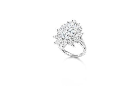 Диамантен пръстен с крушовидна форма