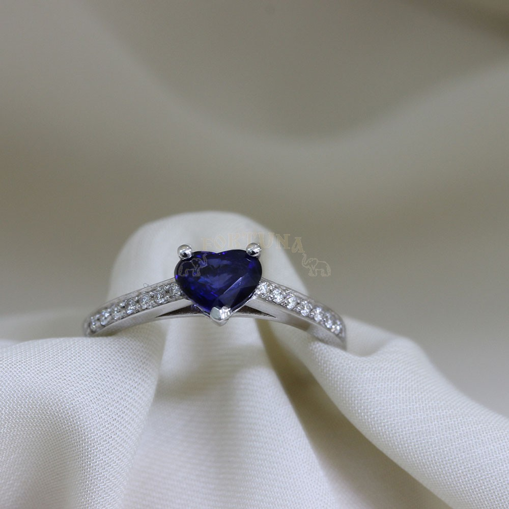 Златен дамски пръстен с брилянти и сапфир