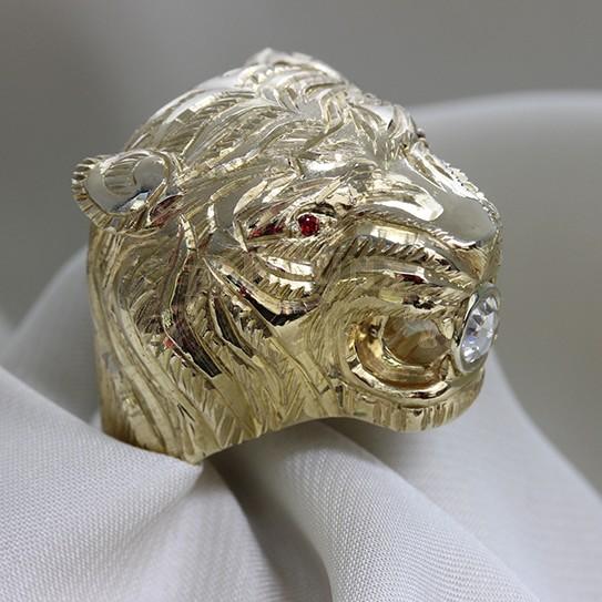 Златен пръстен с брилянт и рубини