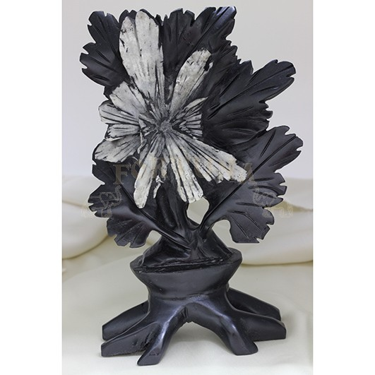 Статуетка с хризантема