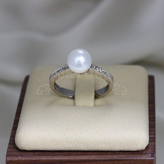 Златен пръстен с перла и сапфири