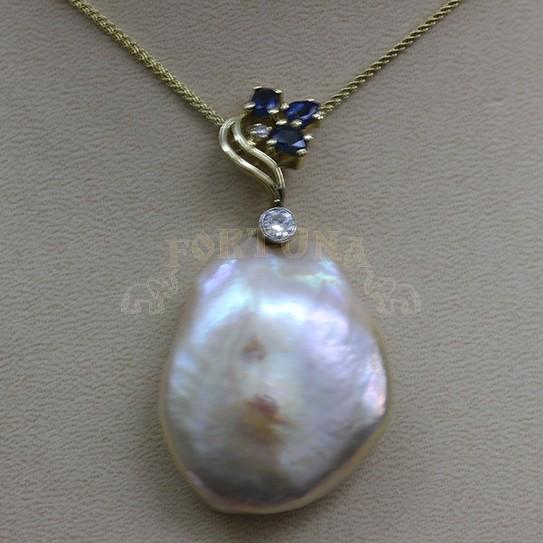 Златен медальон с океанска перла, брилянти и сапфир