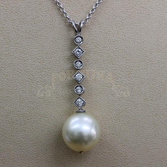 Златен медальон с океанска перла и брилянти