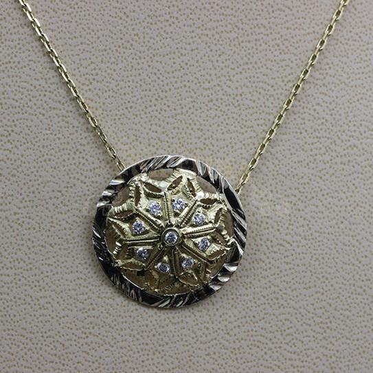 Златен медальон с брилянти