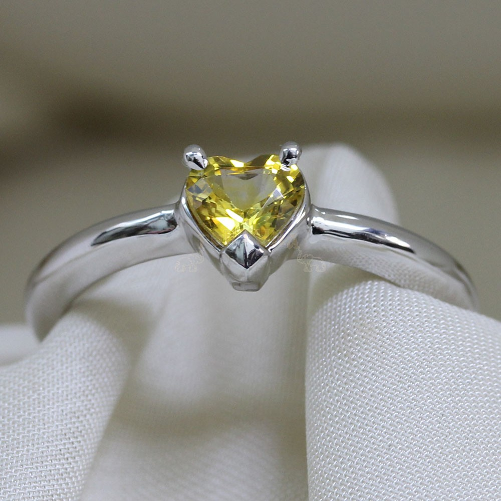 Златен пръстен с жълт сапфир