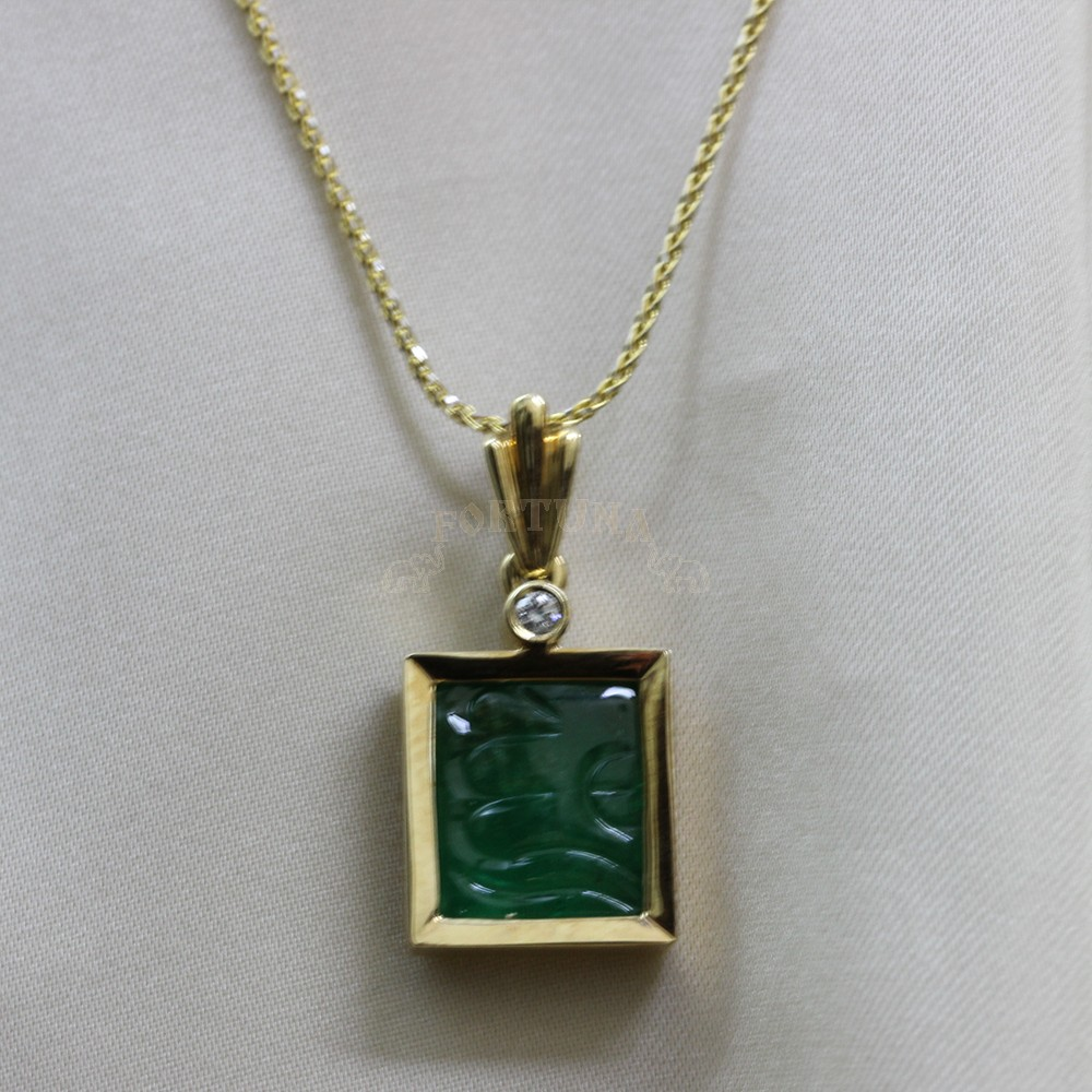 Златен медальон с гравиран изумруд и брилянти