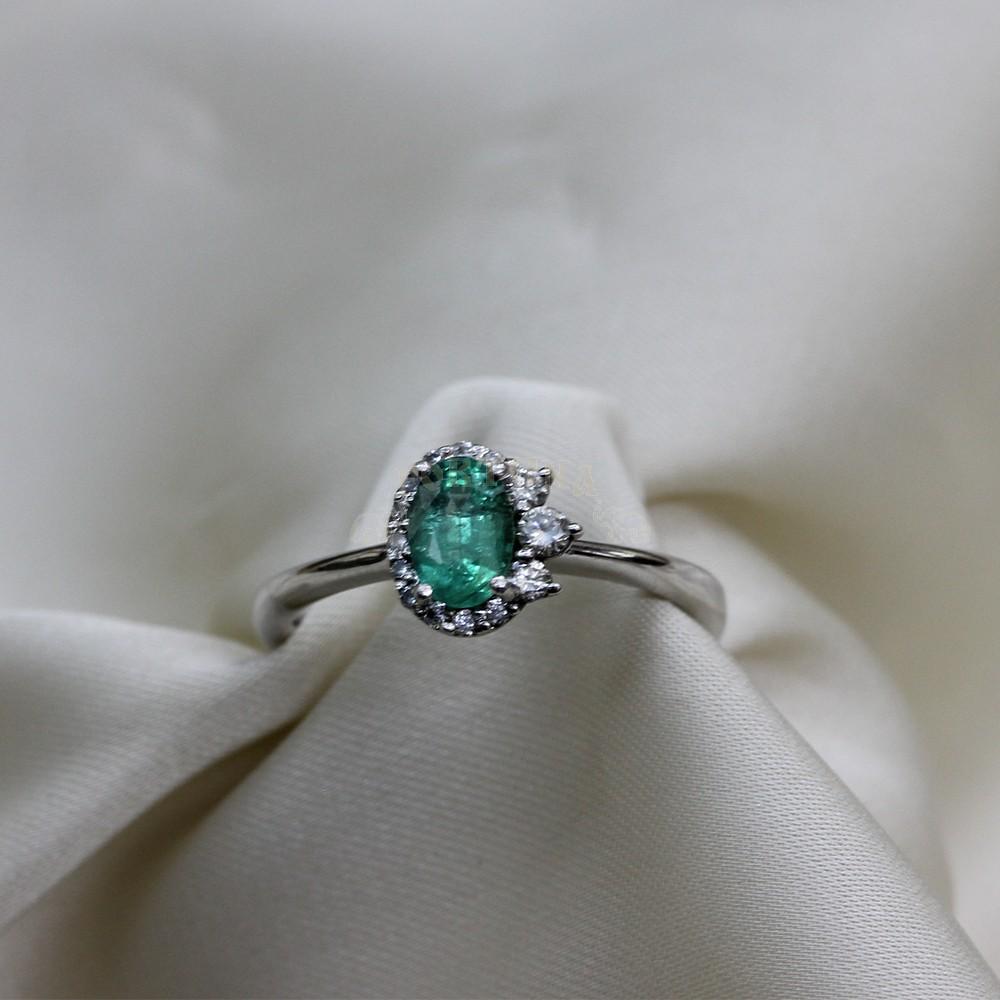 Златен пръстен със зелен изумруд и брилянти