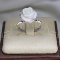 Златен пръстен с корал