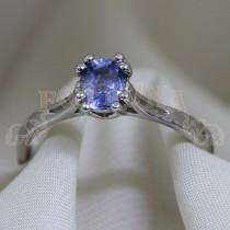 Златен пръстен със син сапфир