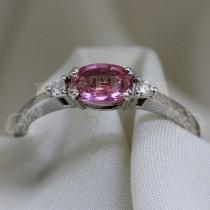 Златен пръстен с розов сапфир и брилянти
