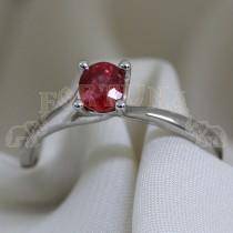 Златен пръстен с червен сапфир