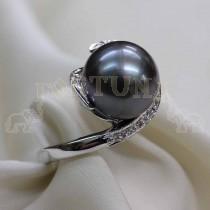 Златен пръстен с черна перла и брилянти