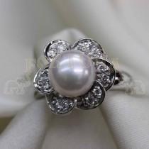Златен пръстен с бяла перла и брилянти