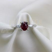 Златен пръстен с червен рубин и брилянти