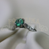 Дамски пръстен с изумруд и брилянти
