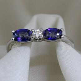 Златен пръстен със сини сапфири и брилянт